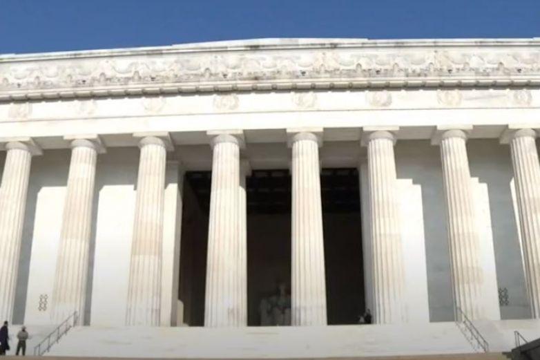 AMLO deposita ofrenda floral en el monumento a Abraham Lincoln