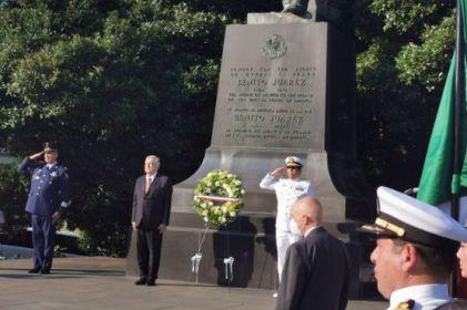 López Obrador rinde honores en estatua a Benito Juárez en Washington