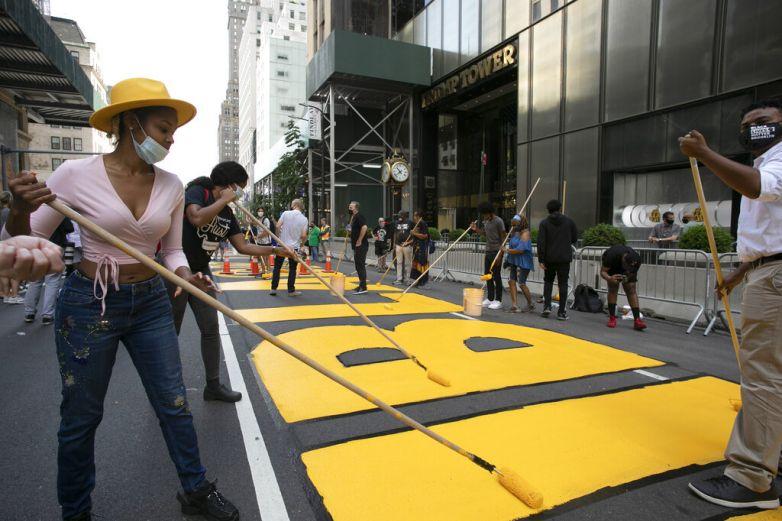 Alcalde de NY pinta 'Black Lives Matter'frente a Torre Trump
