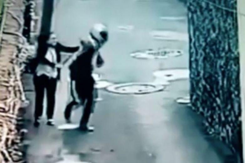 Mujer persigue a ladrón y lo somete