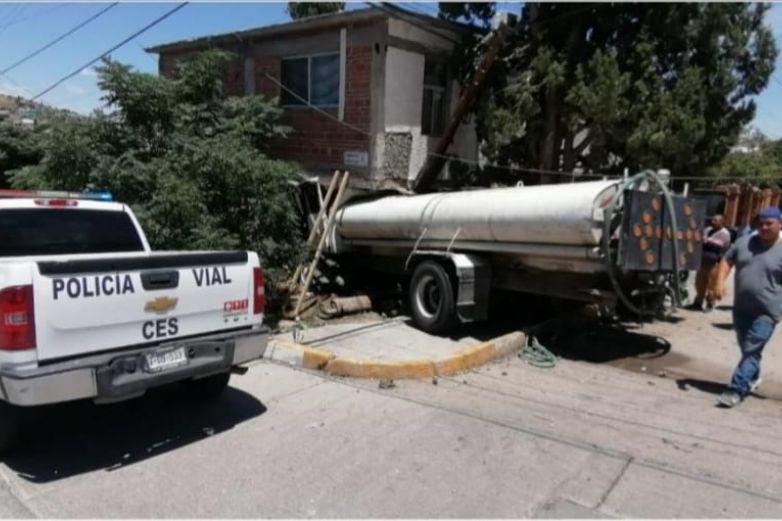 Se estrella pipa contra vivienda; muere conductor
