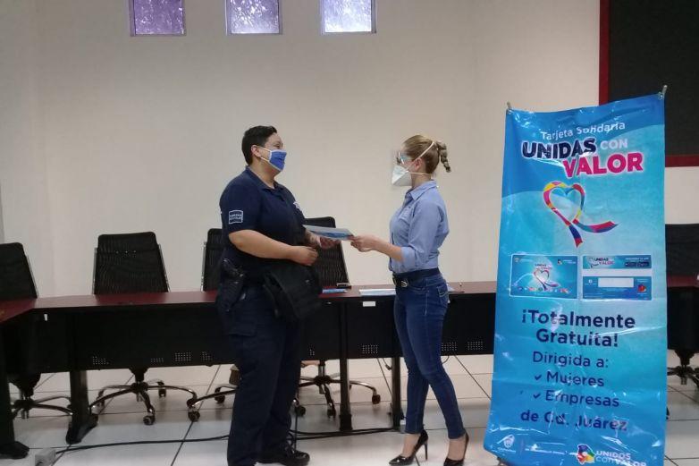 Reciben mujeres policías tarjeta solidaria 'Unidas con Valor'