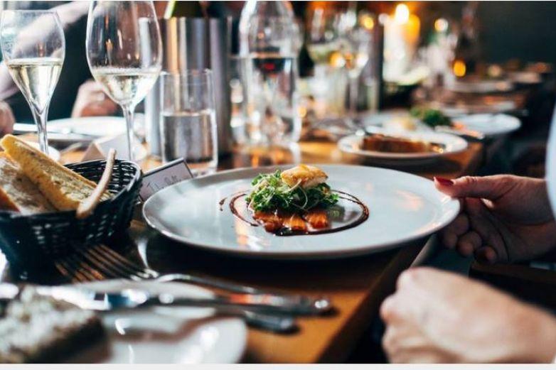 ¿Es seguro comer en restaurantes? Evalúa estos aspectos
