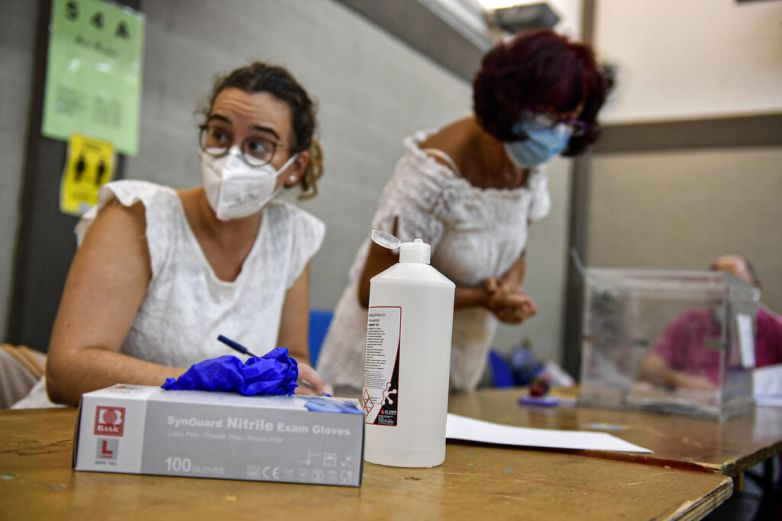 Regiones españolas acuden a votar pese a brotes de coronavirus