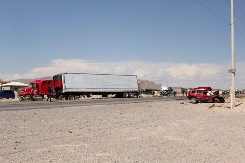 Cortan paso a tráiler e impacta camioneta; muere conductora