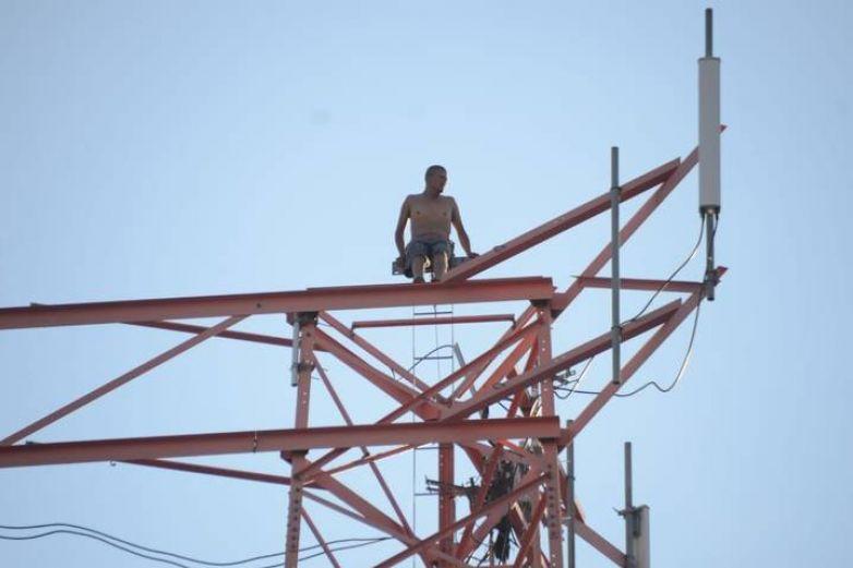 Hombre amenazó con tirarse de antena durante 10 horas