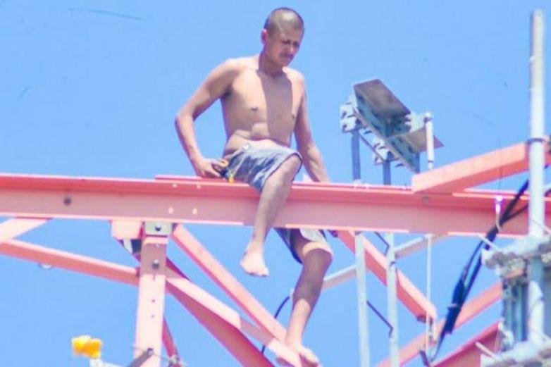 Hombre baja de torre de comunicaciones