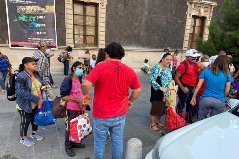 Llevan despensas y productos de limpieza para personas en el Centro
