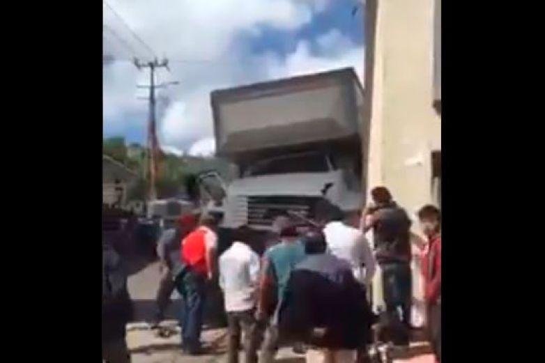 Camión del Imss arrolla a vehículos y peatones en Chiapas