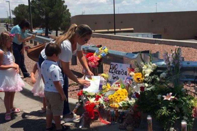 A un año del tiroteo en Walmart, flujo de armas sigue sin freno