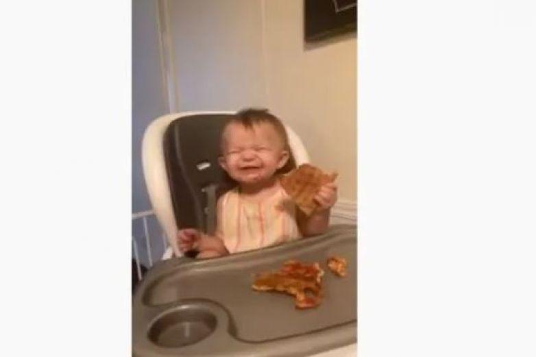 Niña come pizza por primera vez y su reacción se viraliza