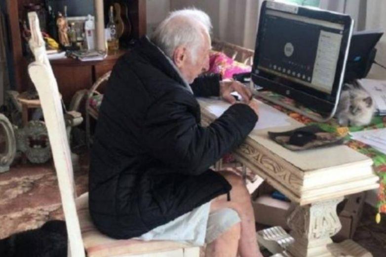 Abuelito de 92 años estudia en línea para ser arquitecto