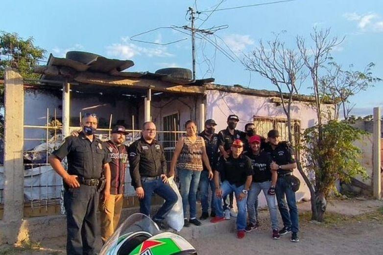 Entregan despensas policías y motociclistas