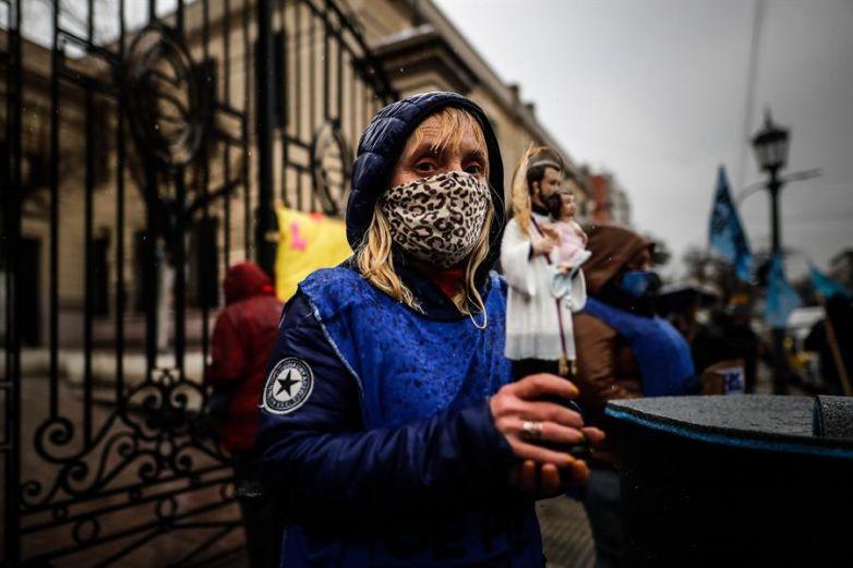 Argentinos imploran al santo del 'pan y el trabajo' en medio de la pandemia