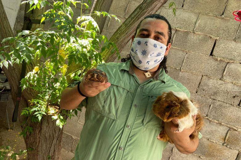 De manera única, veterinario juarense enseña a niños el cuidado de animales
