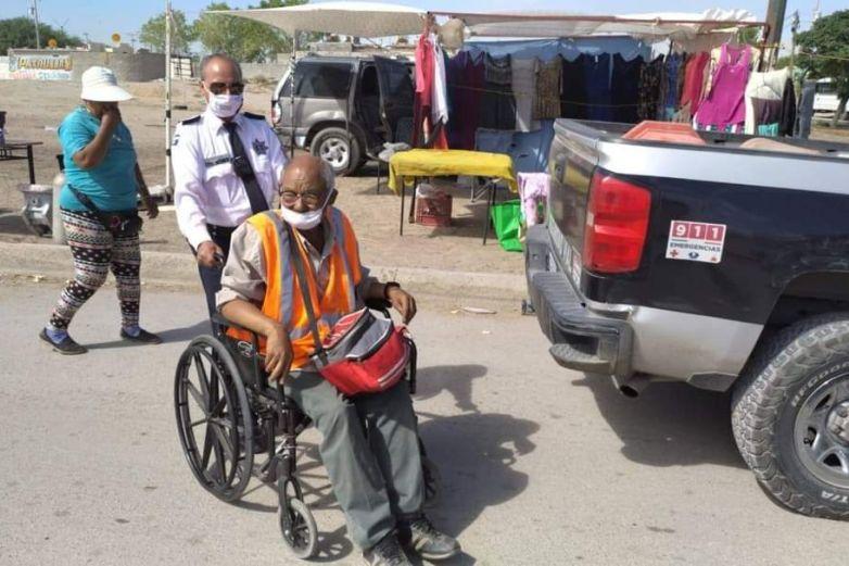 Trasladan agentes viales a hombre discapacitado a su domicilio