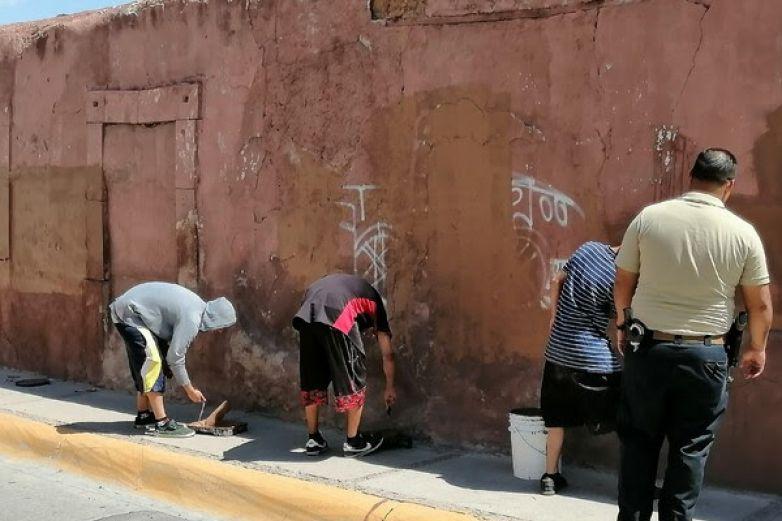 Borran grafiteros daños ocasionados en la vía pública