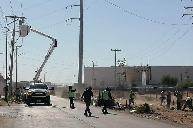 Limpian calles y diques trabajadores temporales del Municipio