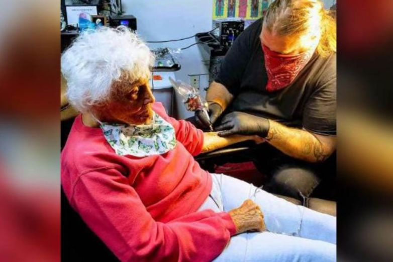 Mujer de 103 años se hace primer tatuaje tras salir de cuarentena
