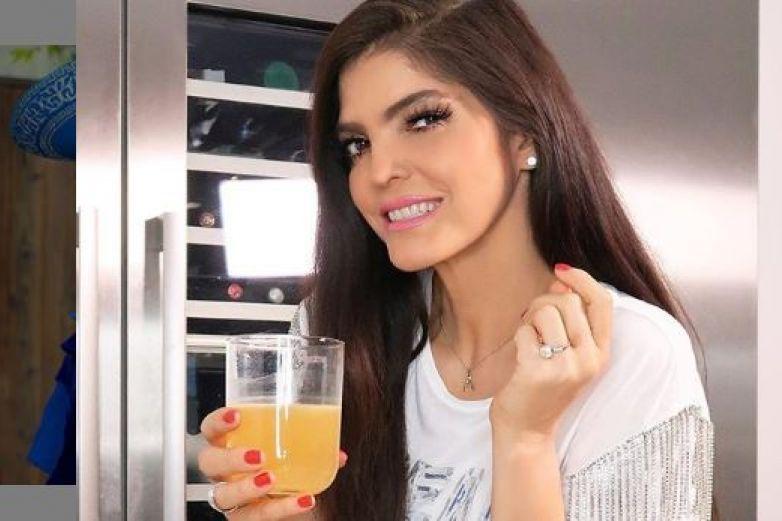 Ana Bárbara celebra con un traje de charra transparente