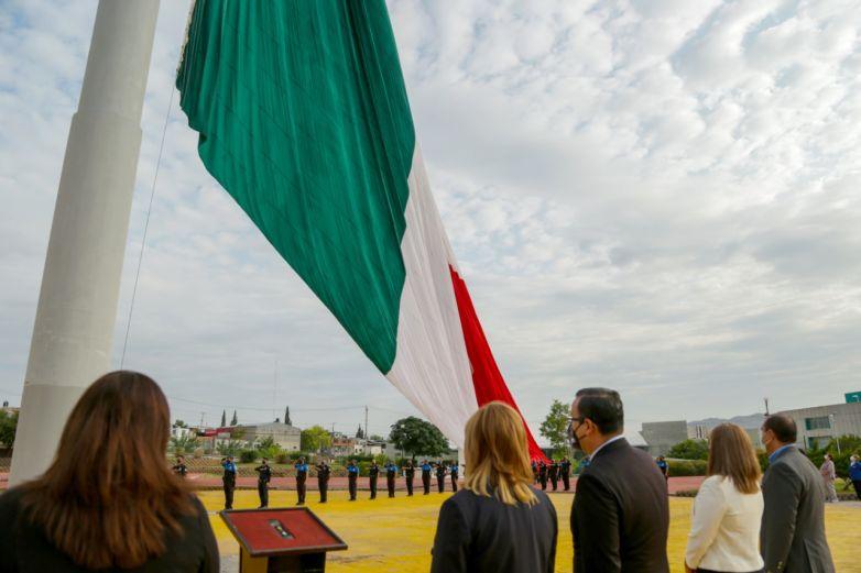 Encabeza Maru Campos izamiento de bandera por aniversario de Independencia