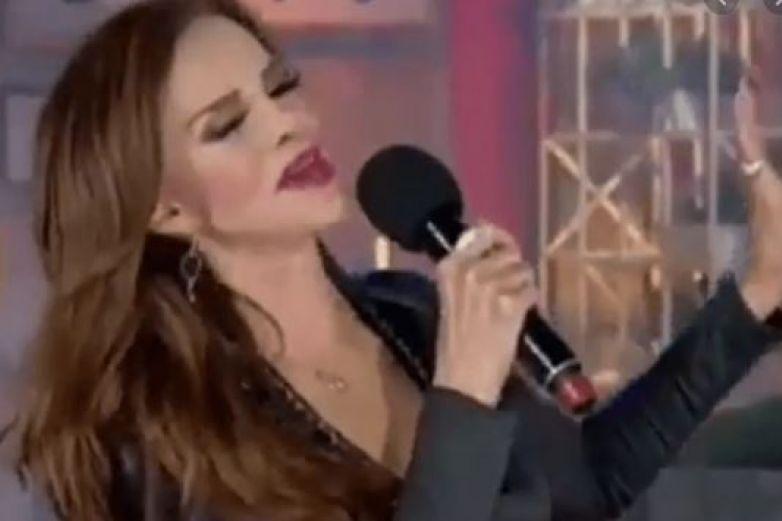 ¡Vergonzoso! le falla el playback a Lucía Méndez