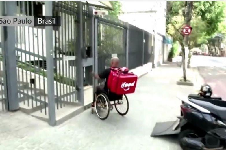 Repartidor entrega comida en vehículo adaptado