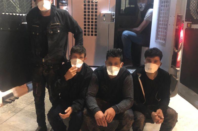 Salvan a 3 migrantes de morir ahogados en canal de El Paso