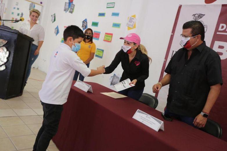 Entregan becas a estudiantes de Samalayuca