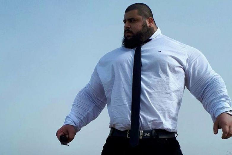 El 'Hulk iraní' muestra cómo se entrena doblando una sartén