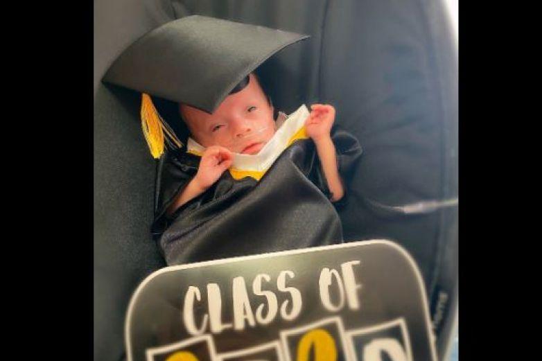 Bebés se 'gradúan' de unidad de cuidados intensivos de hospital en El Paso