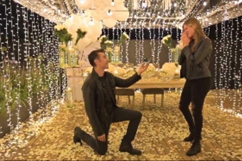 Adrián Uribe le propone matrimonio a Thuany Martins