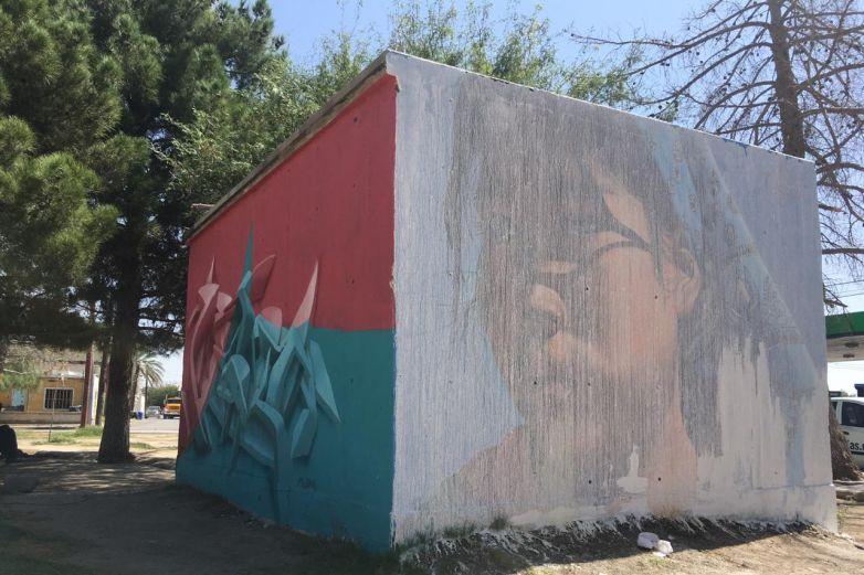 Borran mural de niña rarámuri en plaza de monumento a Benito Juárez