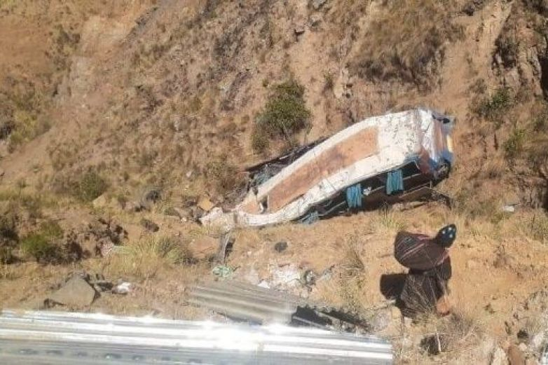 Sube a 24 los fallecidos en accidente carretero en Bolivia
