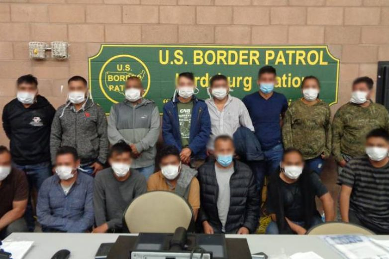 Arresta CBP a 15 migrantes; iban ocultos en camioneta