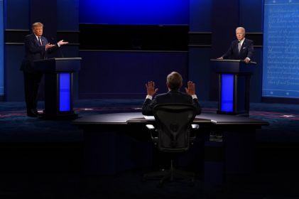 Trump interrumpe a Biden, quien lo llama payaso y racista
