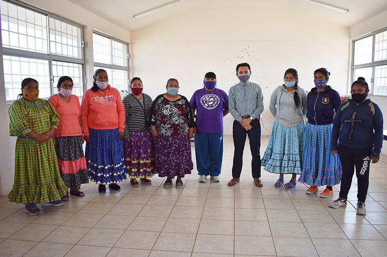 Empoderan a mujeres rarámuris con taller de costura