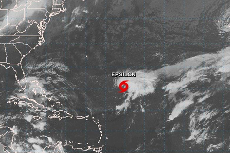 Huracán Epsilon avanza hacia las Bermudas