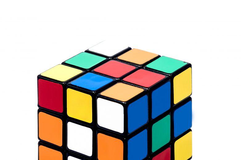 Niño de El Paso rompe su propio récord y arma cubo de Rubik en segundos