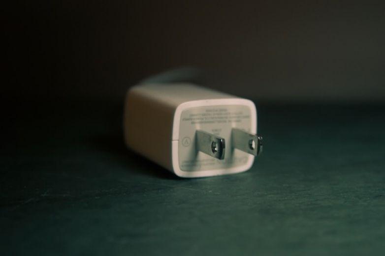 Qué implica que Apple no haya incluido un cargador en el nuevo iPhone 12