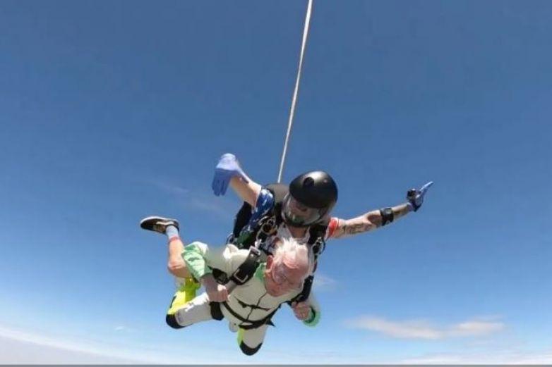 Abuelito se avienta del paracaídas ¡a los 103 años!