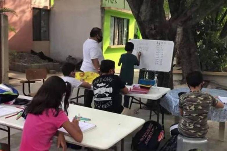 Maestro presta su patio para sus alumnos sin internet
