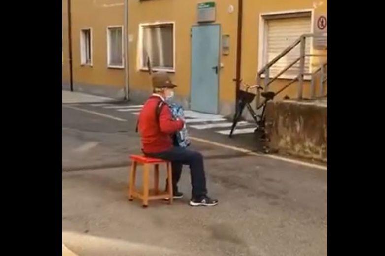 Abuelito toca el acordeón frente a hospital donde está su esposa - Viral
