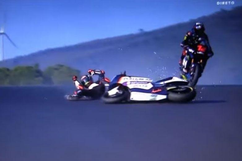 Cae piloto en medio de pista durante competencia
