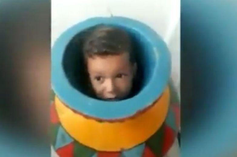 Por travieso, niño queda atorado en jarrón
