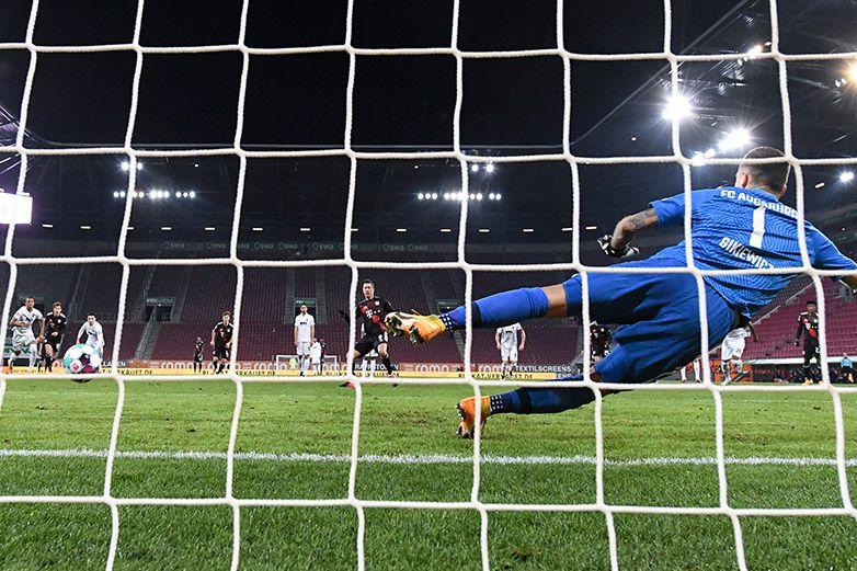 Penal de Lewandowski afianza al Bayern en la cima
