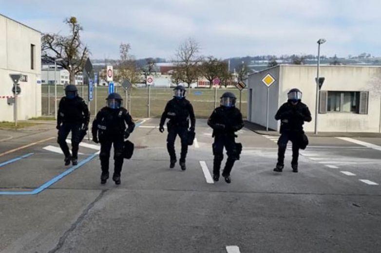 Policías animan a la gente haciendo divertido baile
