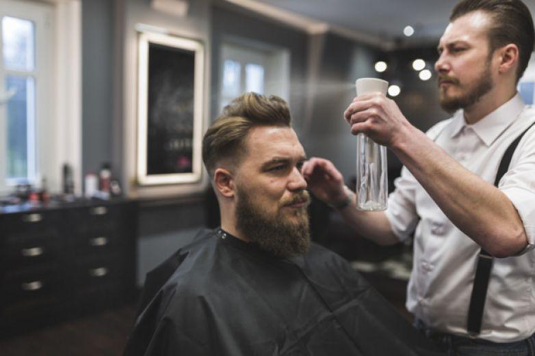 Un peluquero alemán subasta su primer corte de pelo desde que empezó la pandemia
