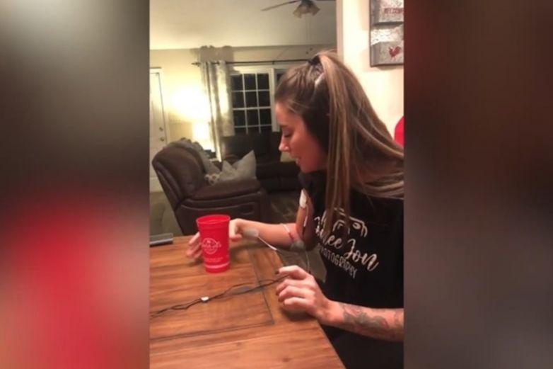 Tomar un trago mientras te electrocutan: Reto viral causa controversia en redes