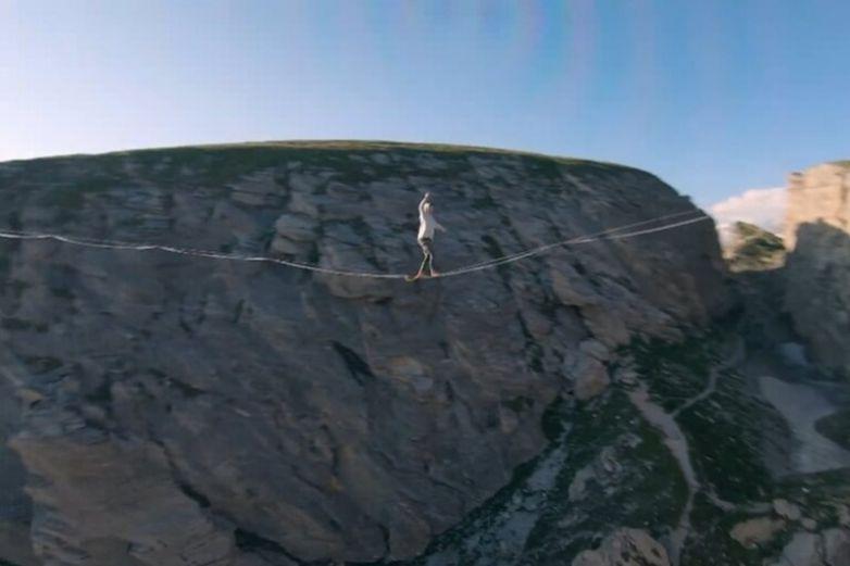 Drone graba a dos equilibristas en la cuerda floja sobre un cañón en Francia